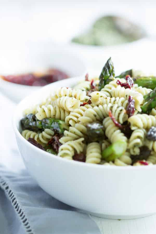 Easy Asparagus Pasta Salad - This Easy Asparagus Pasta Salad only requires 5-ingrediten and it is gluten and dairy-free, quick to make and it is perfect to make ahead on the weekend and take to work all week.