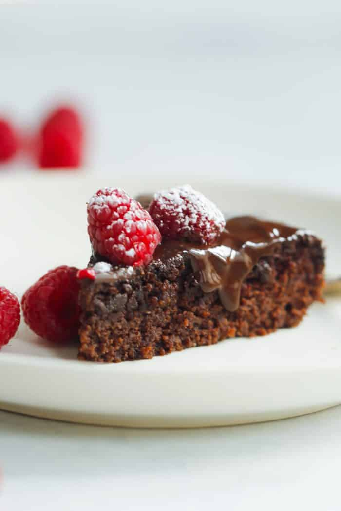 Low-Carb Raspberry Chocolate Cake - This Low-carb Raspberry Chocolate Cake is also gluten, sugar and dairy-free. It's made with almond flour, coconut oil and milk and raspberries too.