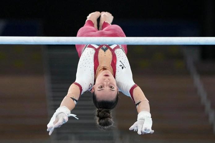 Pauline Schaefer-Betz, de Alemania, se desempeña en el evento de barras en Tokio.