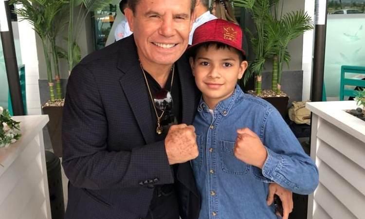 Julio César Chávez, con el niño Máximo Soto Gutiérrez, su fan número uno