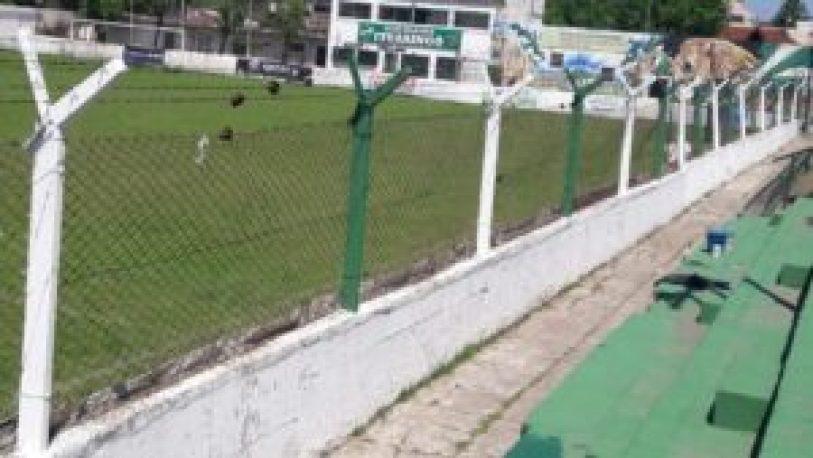 Socios e hinchas solidarios realizaron mejoras en las tribunas del estadio de Ituzaingó