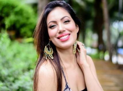 Munmun Dutta (Babita) Biography, Height, Age, TV Serials, Husband, Family, Salary, Net Worth, Awards, Photos, Facts & More