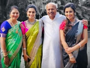 Sonu Gowda With Her  Family