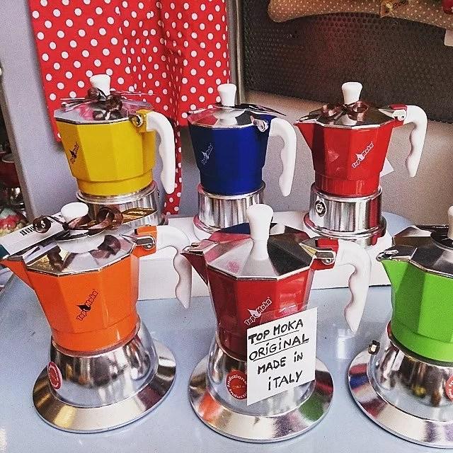 co warto kupić we Włoszech, co kupić we włoszech, pamiątki z Włoch, prezenty z Włoch, kawiarki, rodzaje kawiarek, kolorowe kawiarki, gdzie kupić kawiarkę