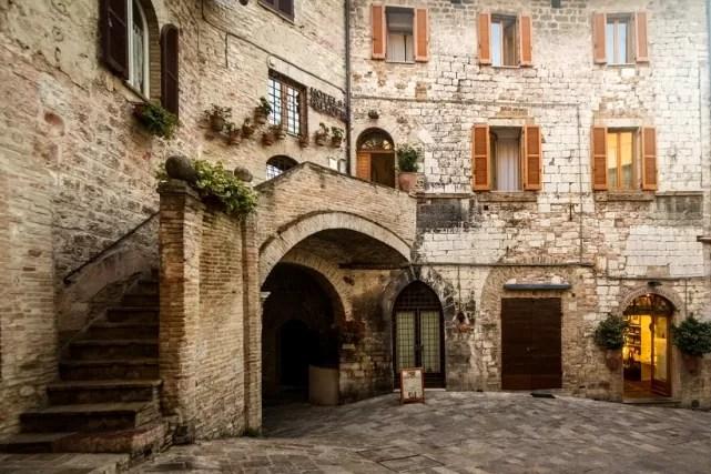 Umbria co warto zobaczyć, co zwiedzić w Umbrii, uliczki we Włoszech