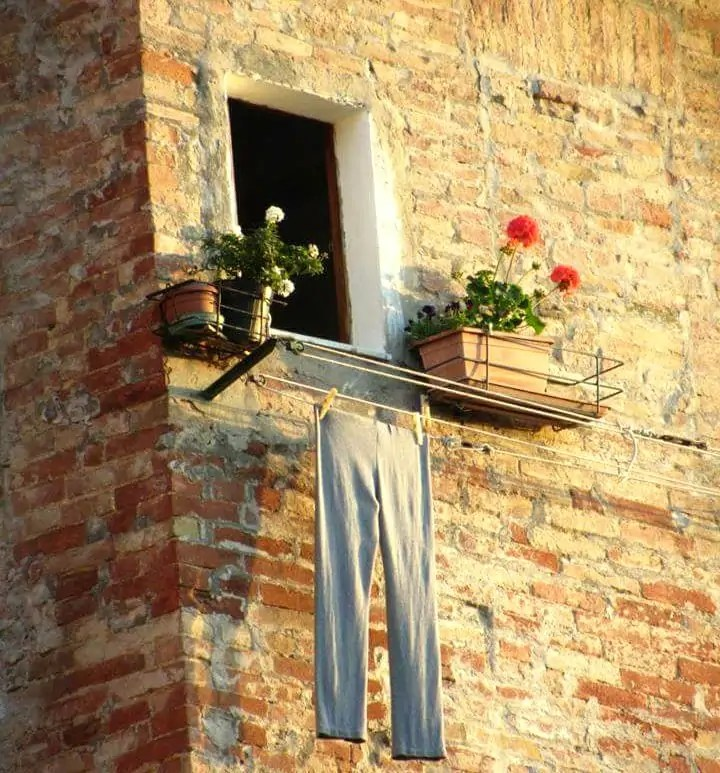 fenomen prania we Włoszech, wiszące pranie