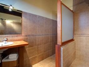 Baño dentro del dormitorio en la casa rural para 10 personas en Llanes
