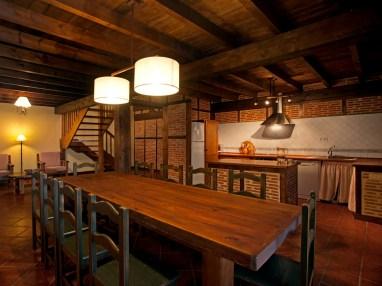 Comedor y cocina de la casa rural para 10 personas en Llanes