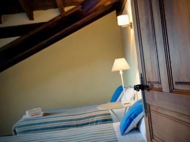 Detalle de un dormitorio en la casa rural para 10 personas en Llanes