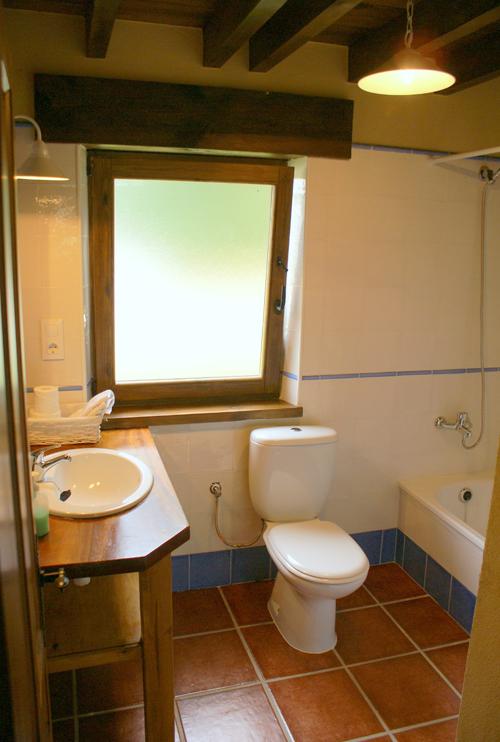 Baño con bañera de la casa para 10 personas en Boquerizo