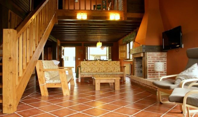 Salón para 10 personas con chimenea en la casa rural de Boquerizo