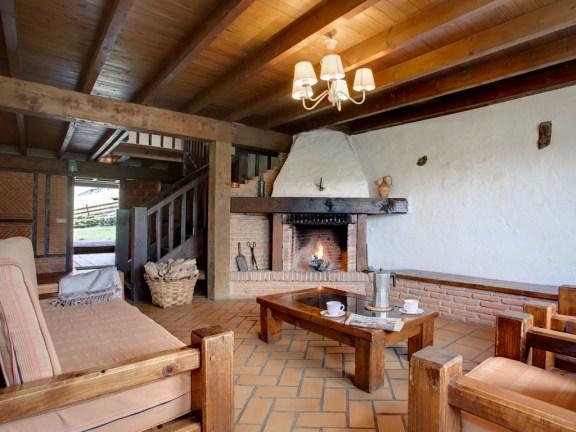 Wohnzimmer mit Kamin für 8 Personen in Ferienwohnung