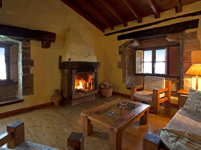 Wohnzimmer mit Kamin für 6 Personen in Ferienwohnung