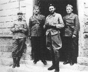Domobranski major Emil Rataj, ustaški logornik Konstantin Urumović, četnički vojvoda Uroš Drenović i ustaški kotarski predstojnik Marko Jungić, u Mrkonjić Gradu 1942.