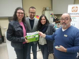 Federico Coca y José Carlos Clavijo en el momento de la entrega a los profesores de uno de los centros participantes