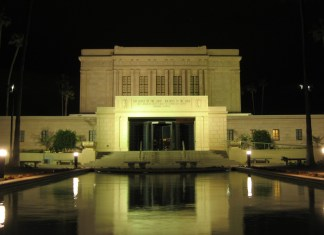 Photograph of the Church of the Jesus Christ of Latter-Day Saints temple at night