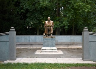 photograph of Indro Montanelli statue