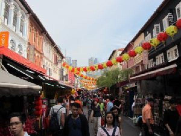Paseando por el barrio de Chinatown, engalanado para celebrar el Año Nuevo Chino.