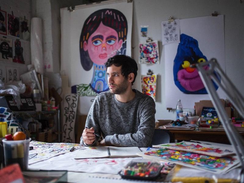 Jon Burgerman é um artista britânico baseado em Nova Iorque cujo trabalho é uma mistura de brincadeira improvisada com desenhos mais do que coloridos. Seu portfólio é cheio do que muita gente diria que são rabiscos e ele mesmo assume que seu estilo de ilustração é composto disso, vindo de Doodle em inglês.