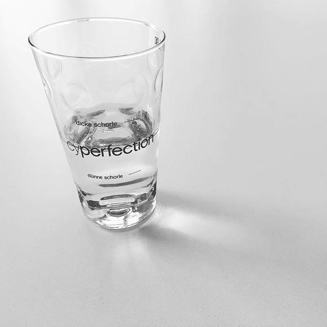 Das Glas ist halbvoll. Und der erste Teil war sehr köstlich. Ich freue mich sehr auf den zweiten Teil. Und dann wird nachgeschenkt