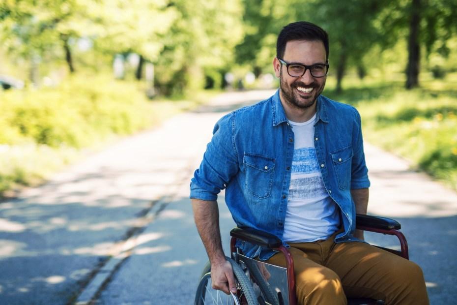 Man i rullstol utomhus