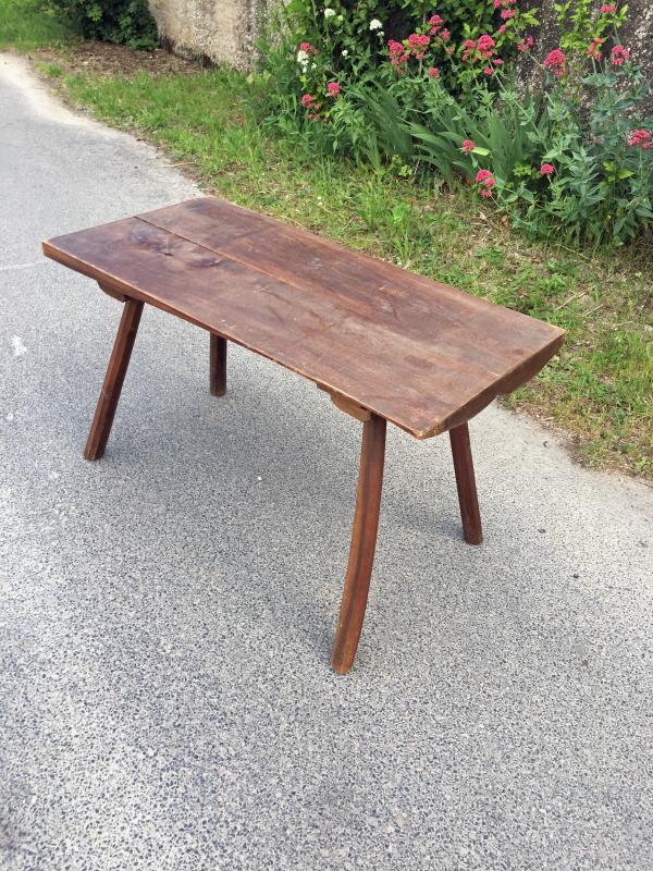 table de salon brutaliste dans le style