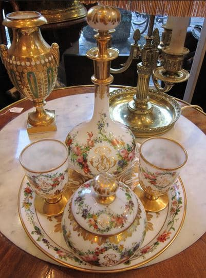 Verre d'eau en opaline blanche , riche décor polychrome de fleurs
