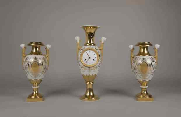 Garniture de cheminée en porcelaine de Paris. Travail de la fin du XVIIIe siècle . (c) Galerie Gilles Linossier