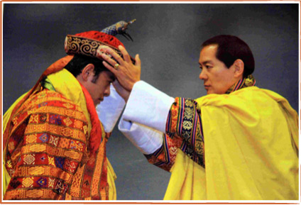 His Majesty the 4th King coronates His Majesty the 5th King with the Raven Crown