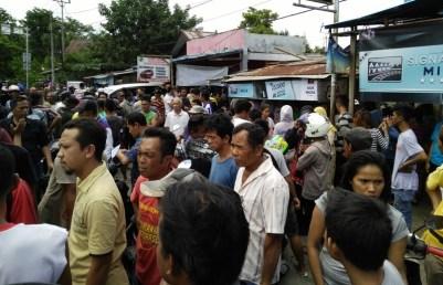 Tampak ratusan warga di depan rumah duka di Kelurahan Mongkonai.