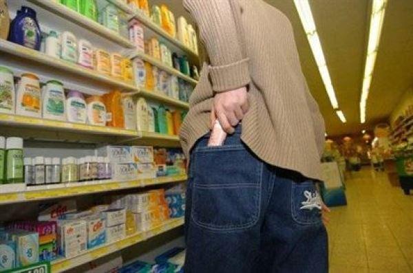 Cosmetice si acumulatori sustrase dintr-un supermarket din Braila
