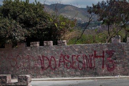 Una pinta realizada por normalistas en el cuartel de la 35 Zona Militar con sede en Chilpancingo, Guerrero. Foto: Miguel Dimayuga