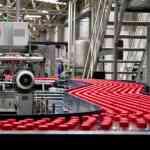 Botellas en cinta transportadora en fábrica