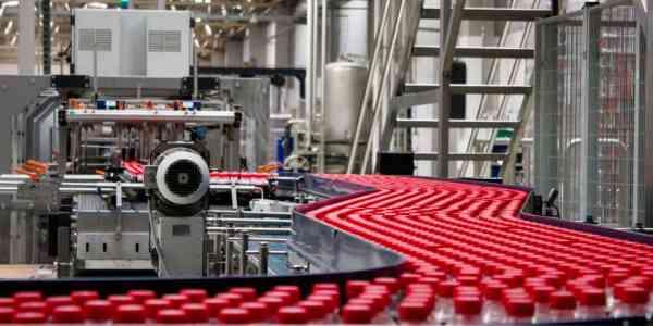 Flessen op transportband in de fabriek
