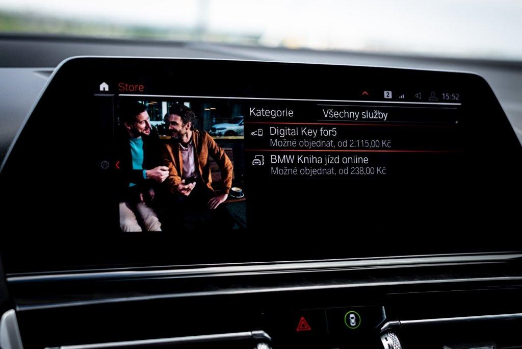 """Svým dětem budete popisovat, jak jste dříve pro nastartování auta potřebovali klíč. Do tohoto vozu si stáhnete """"klíč"""" do svého Androidu a otevřete pomocí NFC, podobně, jako když platíte telefonem u obchodníka."""