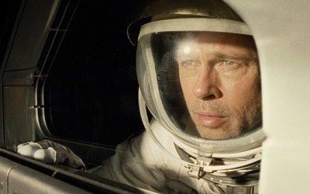 Recenze: Ad Astra vás vystřelí kNeptunu. Brad Pitt i vesmír diváka pohltí