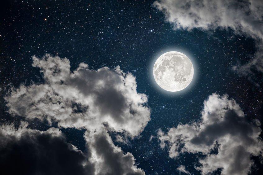 Za co může Měsíc? Úplněk ovlivňuje nehodovost na silnicích i finanční trhy
