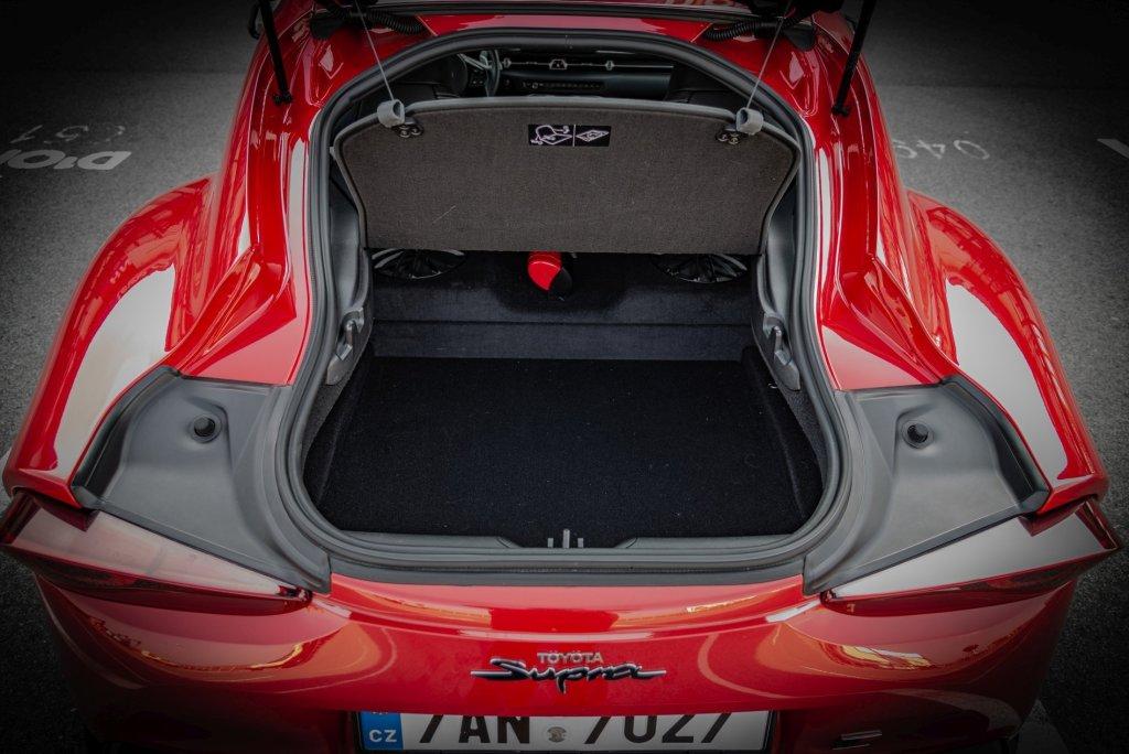 Auto je dvoumístné, ale ani na zavazadla nezůstalo moc místa.