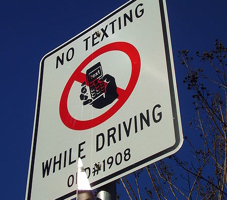 no texting while driving traffic sign