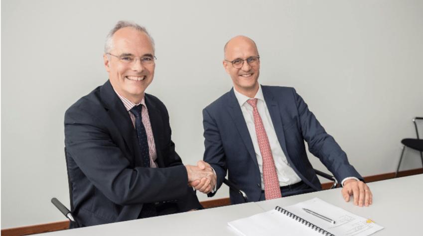 (a la izquierda: Dr. Richard Hatchett, CEO de CEPI, a la derecha: Andreas Kastenbauer, CEO de IDT Biologika)