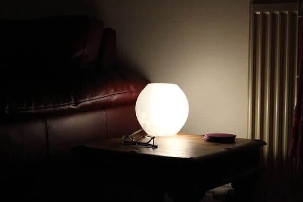 dormitorio-lampara-mesita-dormir-noche