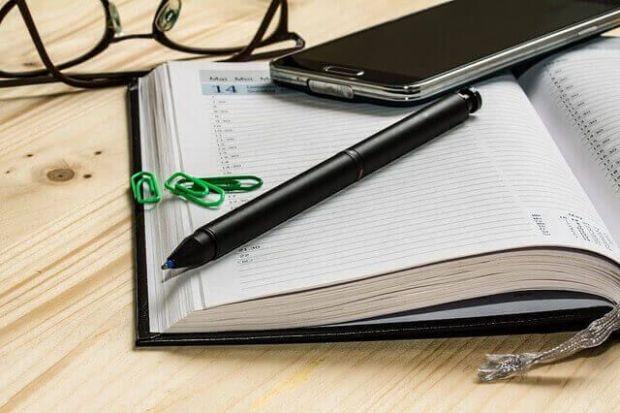 libreta-boligrafo-lapiz-telefono-gafas-agenda