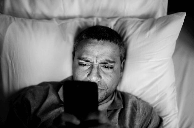 adicción al móvil hombre en la cama pam
