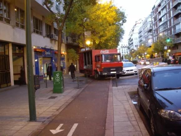 camión descargando en el carril bici