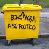 contenedor amarillo con la pintada eche aquí a su político