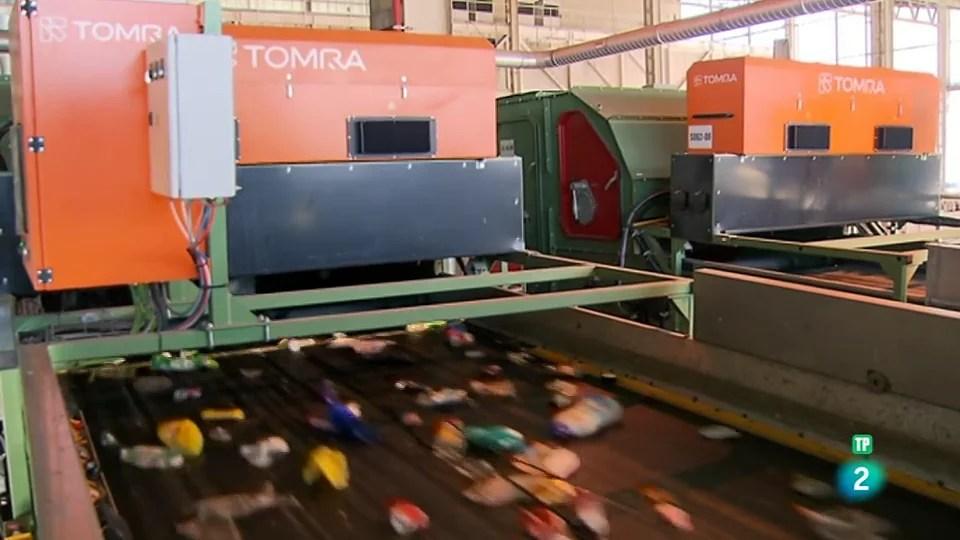 Maquinaria TOMRA instalada en una planta de clasificación de envases