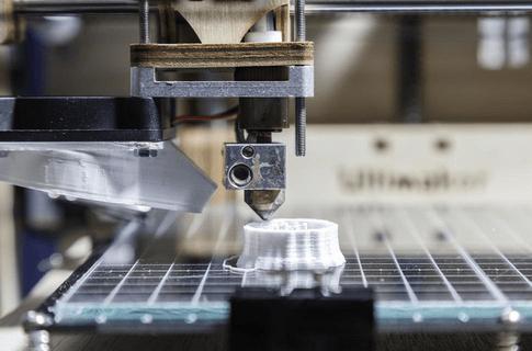 impressão 3D exibindo o processo da extrusão citado no dicionário da impressão 3D