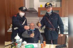 Un Italien de 94 ans appelle la police : «Rien ne me manque, juste une personne avec qui trinquer pour Noël»