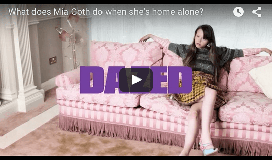 Que fait Mia Goth quand elle est seule chez elle ?