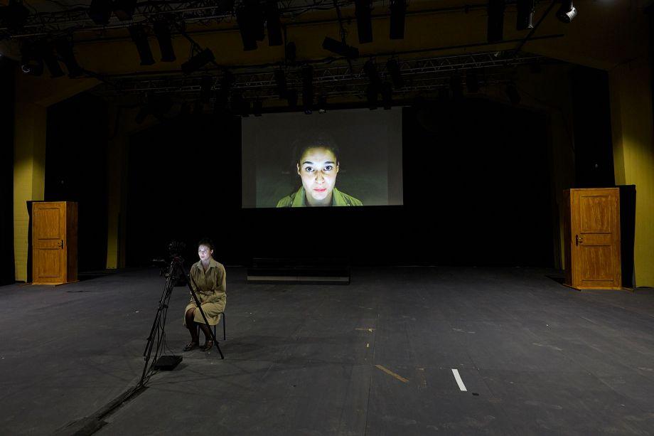 Festival d'Avignon – «Roberto Zucco. Prologue sur le théâtre» de Yann-Joël Collin: entre accouchement d'une parole et enfermement télévisuel